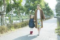 散歩をする笑顔の親子 10161019014| 写真素材・ストックフォト・画像・イラスト素材|アマナイメージズ