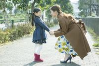 散歩中に向き合う親子 10161019016| 写真素材・ストックフォト・画像・イラスト素材|アマナイメージズ