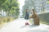 散歩中に向き合う親子 10161019019| 写真素材・ストックフォト・画像・イラスト素材|アマナイメージズ