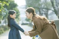 散歩中に向き合う親子 10161019020| 写真素材・ストックフォト・画像・イラスト素材|アマナイメージズ