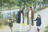散歩をする2組の家族 10161019041| 写真素材・ストックフォト・画像・イラスト素材|アマナイメージズ