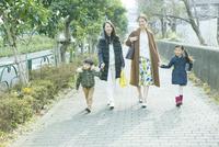 散歩をする2組の家族 10161019044| 写真素材・ストックフォト・画像・イラスト素材|アマナイメージズ