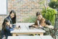 テラス席に座る親子2組 10161019052| 写真素材・ストックフォト・画像・イラスト素材|アマナイメージズ
