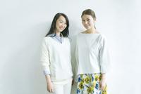笑顔の20代女性2人 10161019085| 写真素材・ストックフォト・画像・イラスト素材|アマナイメージズ
