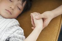 寝ている子供と母親の手元