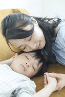 寝ている子供と寄り添う母親 10161019092| 写真素材・ストックフォト・画像・イラスト素材|アマナイメージズ