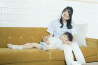 寝ている子供と膝枕をする母親 10161019094| 写真素材・ストックフォト・画像・イラスト素材|アマナイメージズ