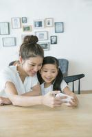 携帯で自撮りをする親子 10161019128| 写真素材・ストックフォト・画像・イラスト素材|アマナイメージズ