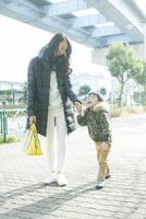 散歩をする親子 10161019146| 写真素材・ストックフォト・画像・イラスト素材|アマナイメージズ