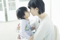 鼻をくっつけ合う親子 10161019205| 写真素材・ストックフォト・画像・イラスト素材|アマナイメージズ