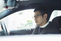 車を運転する30代男性