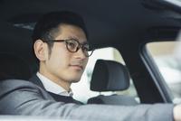 車を運転する30代男性 10161019371| 写真素材・ストックフォト・画像・イラスト素材|アマナイメージズ