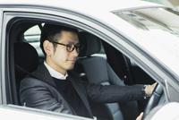 車を運転する笑顔の30代男性