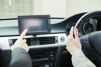 車を運転する男女の手元 10161019388| 写真素材・ストックフォト・画像・イラスト素材|アマナイメージズ