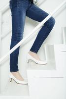ヒールで階段を昇る足元 10161019405| 写真素材・ストックフォト・画像・イラスト素材|アマナイメージズ