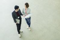 説明をしながら歩く会社員男女 10161019410| 写真素材・ストックフォト・画像・イラスト素材|アマナイメージズ