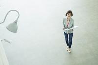 ファイルを持つ仕事中の20代女性 10161019412| 写真素材・ストックフォト・画像・イラスト素材|アマナイメージズ