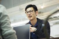 会話をする笑顔の30代男性 10161019448| 写真素材・ストックフォト・画像・イラスト素材|アマナイメージズ