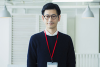 微笑む30代男性会社員 10161019486| 写真素材・ストックフォト・画像・イラスト素材|アマナイメージズ