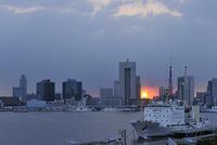 東京港と夕日