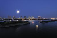 満月のお台場海浜公園と臨海副都心のビル群