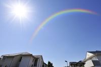 虹と高級住宅街 10168002311| 写真素材・ストックフォト・画像・イラスト素材|アマナイメージズ