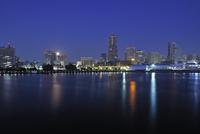 深夜の横浜港と満月 10168002782| 写真素材・ストックフォト・画像・イラスト素材|アマナイメージズ