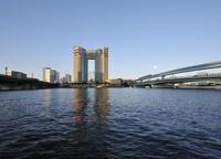 運河と高層ビル
