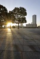 朝日に輝く石畳のテラスと高層タワーマンション 10168002825| 写真素材・ストックフォト・画像・イラスト素材|アマナイメージズ