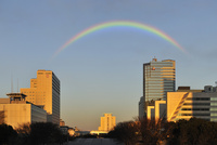 虹と夕日に染まる有明のビル群 10168002856| 写真素材・ストックフォト・画像・イラスト素材|アマナイメージズ