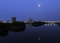 満月と東雲運河