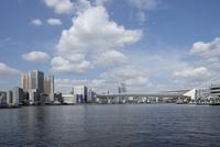 京浜運河より見る東京港とビル群