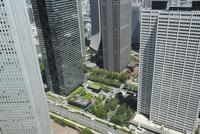 東京都庁展望室から見おろす新宿副都心のビル街
