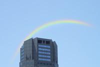 タワービルの上部と虹