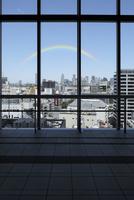高層ビルの窓ガラスと新宿方向の眺め
