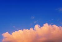 夕焼け雲と飛行機雲