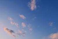 夕日に染まる千切れ雲