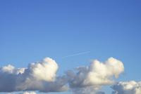 真冬の入道雲と飛行機雲