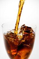 グラスに注ぐアイスコーヒー
