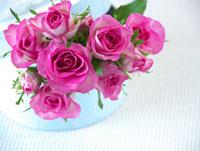 プレゼント箱とバラの花束