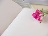 白いノートとバラ