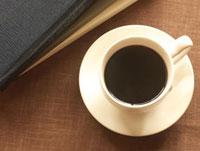 本とコーヒー 10170000215| 写真素材・ストックフォト・画像・イラスト素材|アマナイメージズ