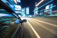 自動車の運転席と流れる道
