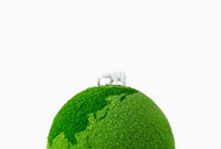 緑の地球の上のシロクマの親子