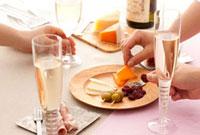 シャンパンとチーズと生ハムのパーティーテーブル