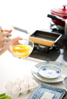 卵焼きを作る女性の手元