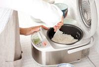 炊飯器の米を混ぜる手元
