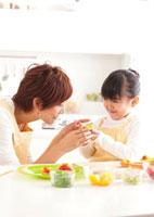 フルーツタルトを作る母娘