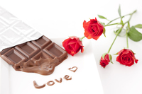 板チョコレートと赤いバラ「LOVE」