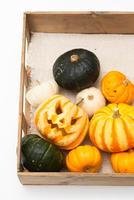 木箱に入ったハロウィンかぼちゃ達 10175001753| 写真素材・ストックフォト・画像・イラスト素材|アマナイメージズ